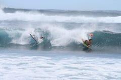 Bodyboarding - muchachos que montan ondas de la turquesa Fotos de archivo libres de regalías