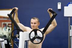bodybuilder ασκώντας τη γυμναστική Στοκ φωτογραφία με δικαίωμα ελεύθερης χρήσης
