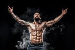 bodybuilder θέτοντας Όμορφη φίλαθλη αρσενική δύναμη τύπων Muscled άτομο ικανότητας Έννοια σημείων στοκ φωτογραφίες με δικαίωμα ελεύθερης χρήσης