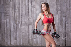 bodybuilder κορίτσι με τον αλτήρα Στοκ εικόνα με δικαίωμα ελεύθερης χρήσης