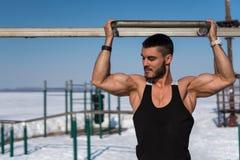 Bodybuilder με την αθλητική τοποθέτηση σωμάτων υπαίθρια Στοκ εικόνες με δικαίωμα ελεύθερης χρήσης