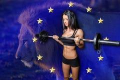 Bodybuilder με τον ευθύ αλτήρα φραγμών Στοκ Φωτογραφία