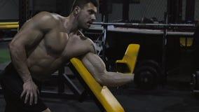 Bodybuilder που ασκεί με τα βάρη απόθεμα βίντεο