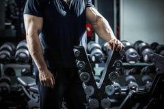 Bodybuilder στην κατάρτιση Στοκ φωτογραφία με δικαίωμα ελεύθερης χρήσης