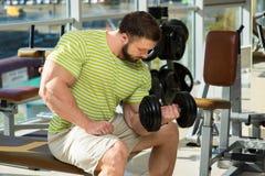 Bodybuilder στη γυμναστική στοκ φωτογραφίες