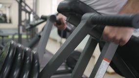 Bodybuilder στο δωμάτιο κατάρτισης απόθεμα βίντεο