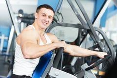 Άτομο Bodybuilder που κάνει τις ασκήσεις μυών δικέφαλων μυών Στοκ Φωτογραφία