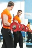 Άτομο Bodybuilder που κάνει τις ασκήσεις μυών δικέφαλων μυών Στοκ Εικόνα