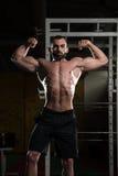 Bodybuilder Ausführungsfront double biceps pose lizenzfreies stockbild