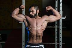 Bodybuilder Ausführungsfront double biceps pose stockfotografie
