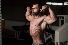 Bodybuilder Ausführungsfront double biceps pose lizenzfreie stockbilder
