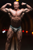 Bodybuilder-Ausführungsfront double biceps poses in-Tunnel lizenzfreie stockfotografie