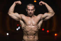 Bodybuilder-Ausführungsfront double biceps poses in-Tunnel stockfoto