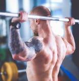 Bodybuilder avec le barbell dans le gymnase Photos libres de droits
