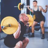 Bodybuilder avec le barbell dans le gymnase Photo libre de droits
