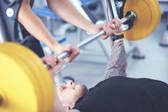 Bodybuilder avec le barbell dans le gymnase Bodybuilder image stock