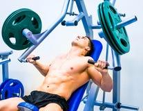 Bodybuilder avec le simulateur Images stock