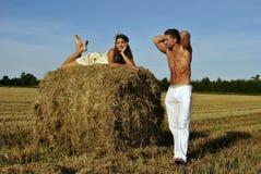 Bodybuilder avec une fille dans la campagne Image stock