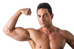 Bodybuilder beau faisant la pose de biceps, d'isolement dessus Image stock