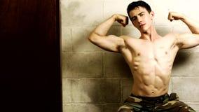 Bodybuilder che flette le braccia video d archivio