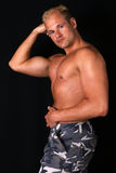 Bodybuilder che mostra i muscoli Immagini Stock Libere da Diritti