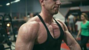 Bodybuilder che propone in ginnastica stock footage