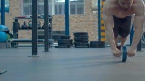 Bodybuilder che si esercita in ginnastica stock footage