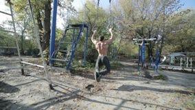 Bodybuilder ciągnie up na pierścionkach zbiory