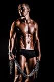 Bodybuilder com correntes imagem de stock royalty free