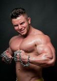 Bodybuilder con una catena fotografia stock