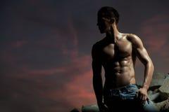 Bodybuilder considerável fotografia de stock royalty free