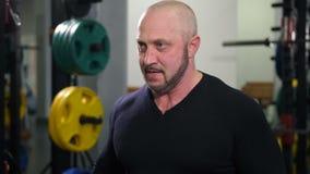 Bodybuilder dźwignięcia dwa ciężkiego dumbbells 4K Zwalniają Mo zbiory wideo