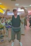 Bodybuilder d'Afrikaner avec de grands muscles dans l'aéroport de Durban, Afrique du Sud Photographie stock