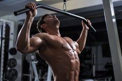 Bodybuilder in de gymnastiek royalty-vrije stock afbeelding