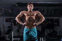 Bodybuilder in de gymnastiek stock afbeeldingen