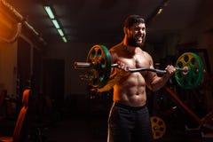 Bodybuilder in de gymnastiek die barbell uitoefenen royalty-vrije stock afbeelding