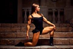 Bodybuilder de jeune femme photos libres de droits