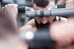Bodybuilder de photo avec une barbe dans le gymnase Photo stock