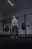 Bodybuilder deadlift, να φωνάξει κραυγή, φραγμός βαρών barbell, δ Στοκ Εικόνες
