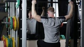 Bodybuilder, der Übung auf Schultern tut stock video footage