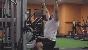 Bodybuilder, der Übung auf Simulator in der Turnhalle tut Kasten und Rückenmuskulatur stock footage