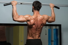 Bodybuilder, der Übung für Rückseite tut Stockbild