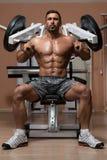 Bodybuilder, der Übung für Schultern tut Stockfotos