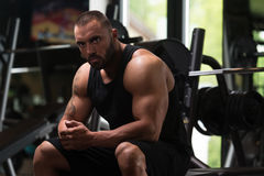 Bodybuilder, der an der Bank stillsteht Lizenzfreie Stockbilder