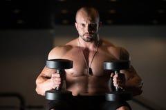 Bodybuilder, der an der Bank stillsteht Stockfotografie