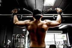 Bodybuilder, der in der Turnhalle ausarbeitet Stockbild