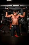 Bodybuilder, der in der Turnhalle ausarbeitet Lizenzfreie Stockfotos