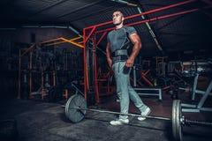 Bodybuilder, der für deadlift von Barbell sich vorbereitet Lizenzfreies Stockbild