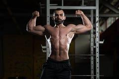 Bodybuilder, der Front Double Biceps Pose biegt lizenzfreie stockbilder