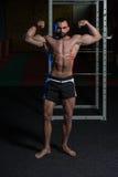 Bodybuilder, der Front Double Biceps Pose biegt lizenzfreies stockfoto